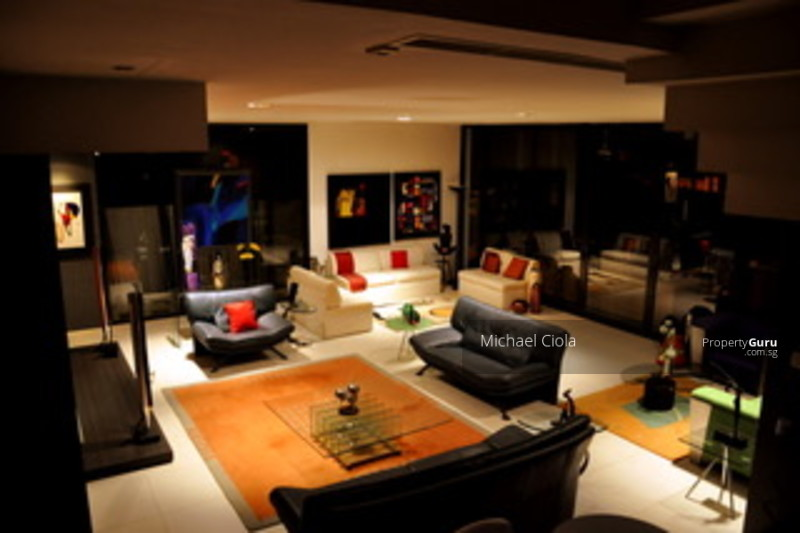 Large living room to accommodate all your lovely furniture and personal prized items